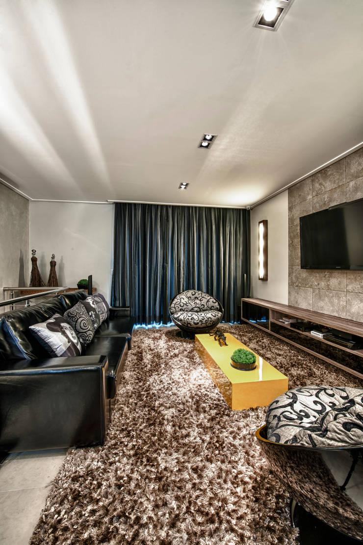 Home Theater: Salas multimídia  por Lucia Navajas -Arquitetura & Interiores