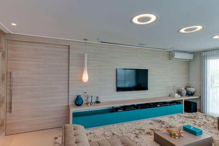 Cobertura Duplex: Salas de estar  por Lucia Navajas -Arquitetura & Interiores