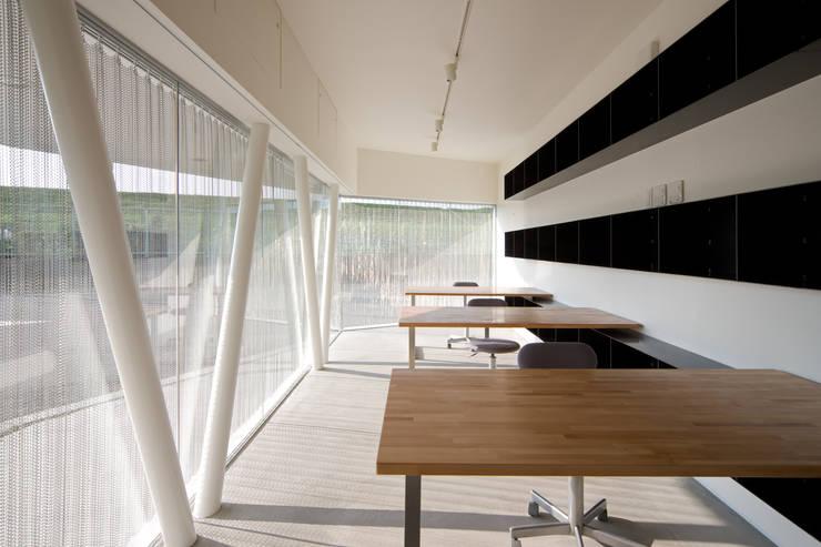 アトリエ: 一級建築士事務所シンクスタジオが手掛けた書斎です。