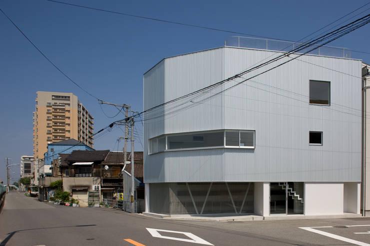 中津のアトリエ外観: 一級建築士事務所シンクスタジオが手掛けた家です。