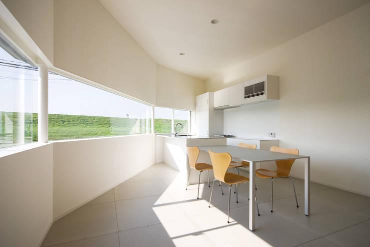 ダイニング・キッチン: 一級建築士事務所シンクスタジオが手掛けたダイニングです。
