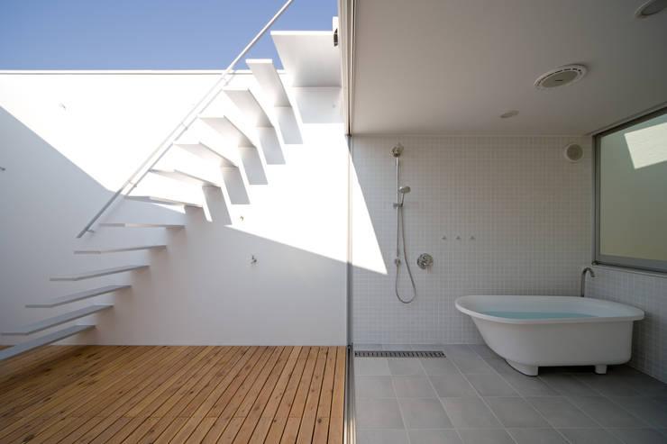 バスルーム: 一級建築士事務所シンクスタジオが手掛けたスパ・サウナです。