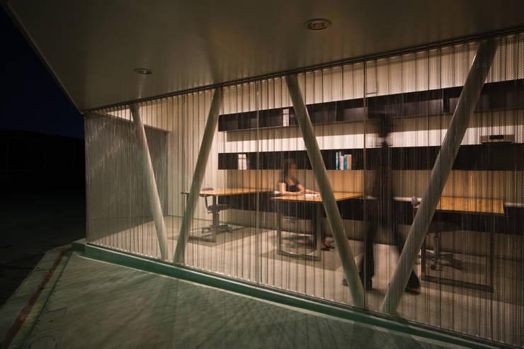 アトリエ夜景: 一級建築士事務所シンクスタジオが手掛けた書斎です。