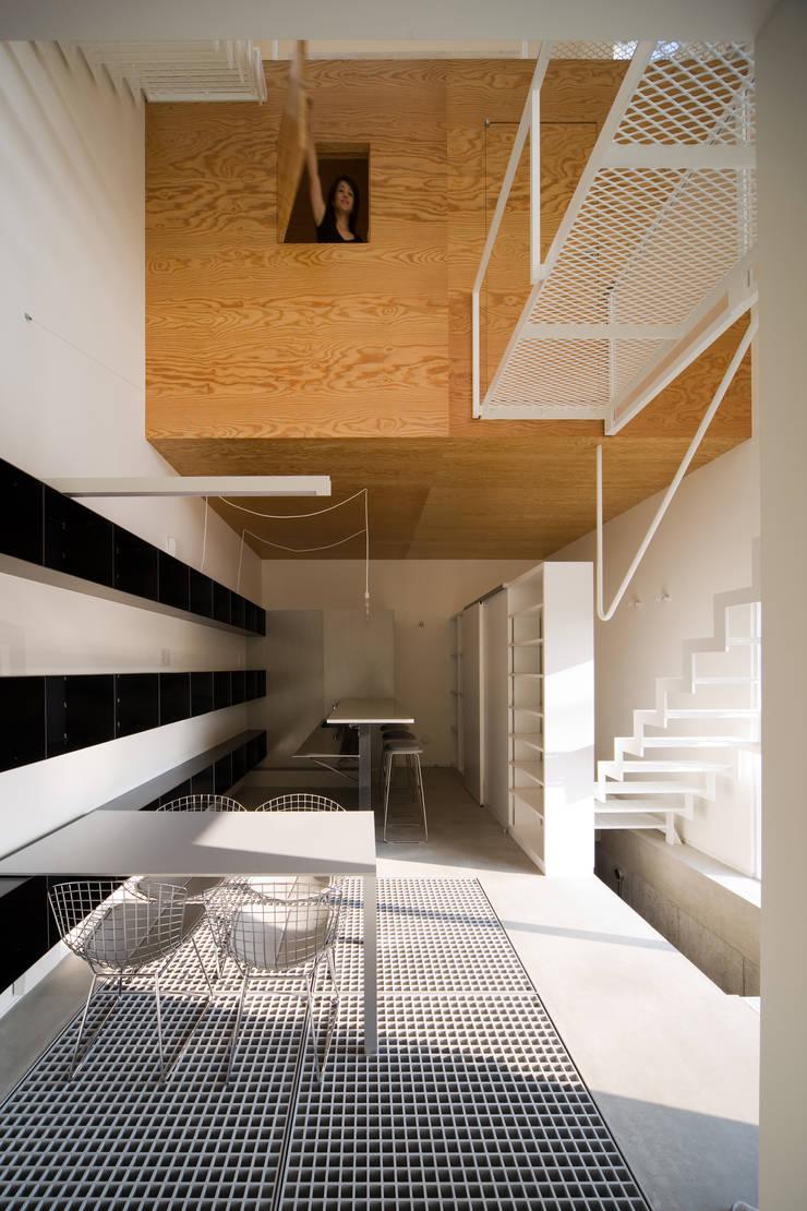 浮かぶ木箱: 一級建築士事務所シンクスタジオが手掛けた家です。