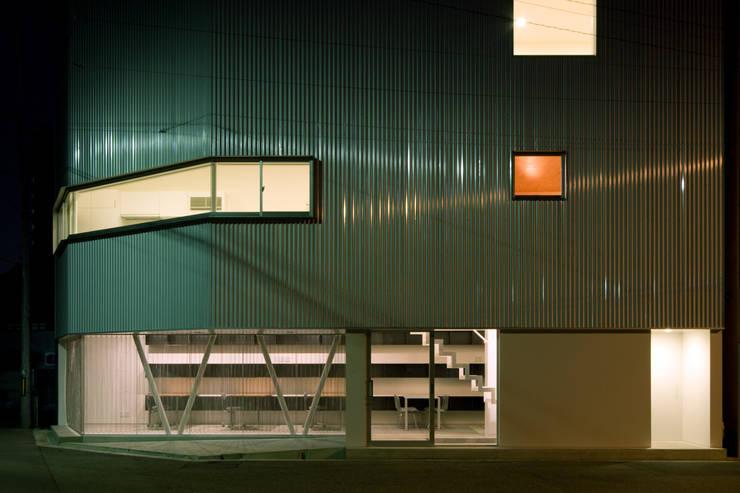 外観夜景: 一級建築士事務所シンクスタジオが手掛けた家です。