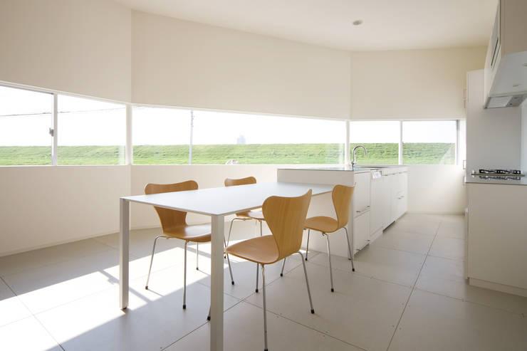 ダイニング・キッチン: 一級建築士事務所シンクスタジオが手掛けたキッチンです。