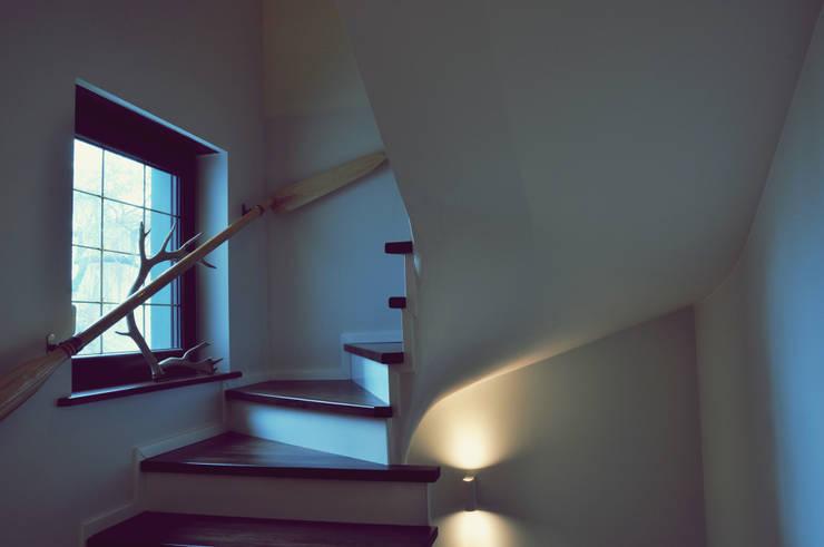 Eklektyczna willa wielorodzinna: styl , w kategorii Korytarz, przedpokój zaprojektowany przez Pracownia Architektury Wnętrz Hanny hildebrandt