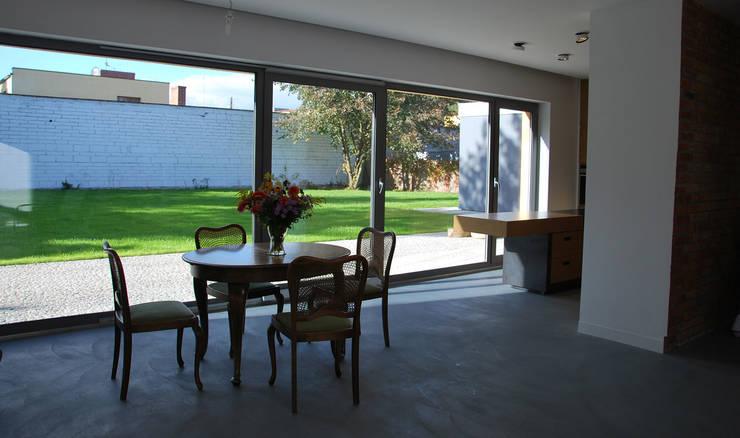 Dom w Kowanówku: styl , w kategorii Salon zaprojektowany przez Prodom Architektura i Konstrukcja