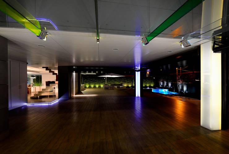 Zona de garaje y de esparcimiento: Garajes de estilo minimalista de Duart-Vila Arquitectes S.L.P.
