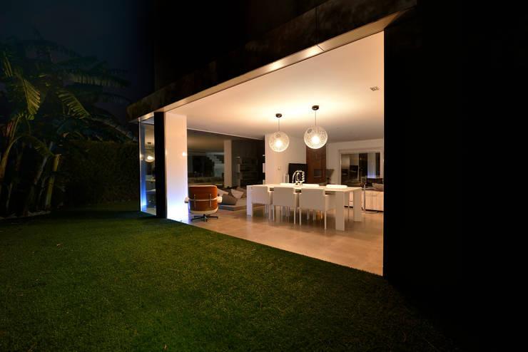 Vista desde el exterior hacia el interior 2: Jardines de estilo  de Duart-Vila Arquitectes S.L.P.