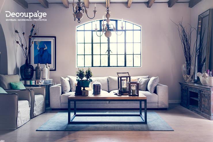 La misión de nuestros profesionales es ayudarte a decorar tu casa con el mejor estilo.: Hogar de estilo  por Decoupage