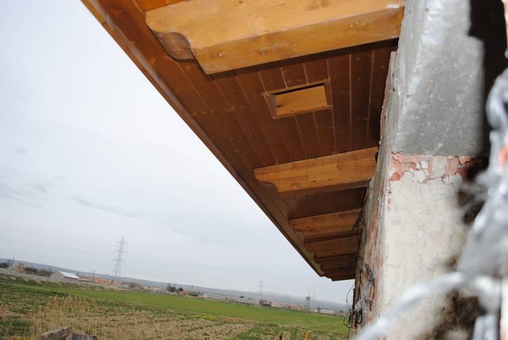 Alero perimetral: Casas de estilo  de CUTECMA Estructuras de madera