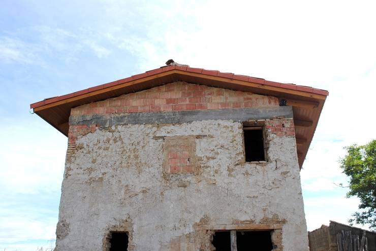 Tejado de madera visto desde el exterior: Casas de estilo  de CUTECMA Estructuras de madera