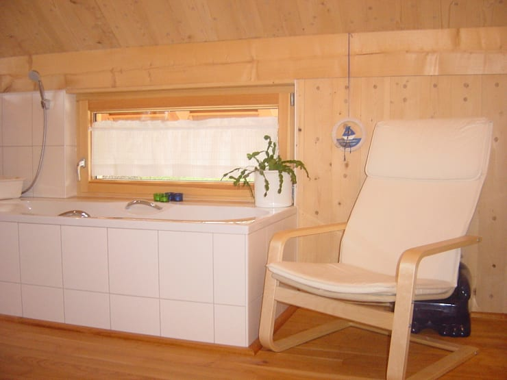 Haus S: klassische Badezimmer von Laifer Holzsysteme