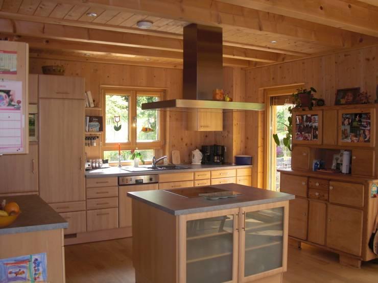 Haus S: klassische Küche von Laifer Holzsysteme