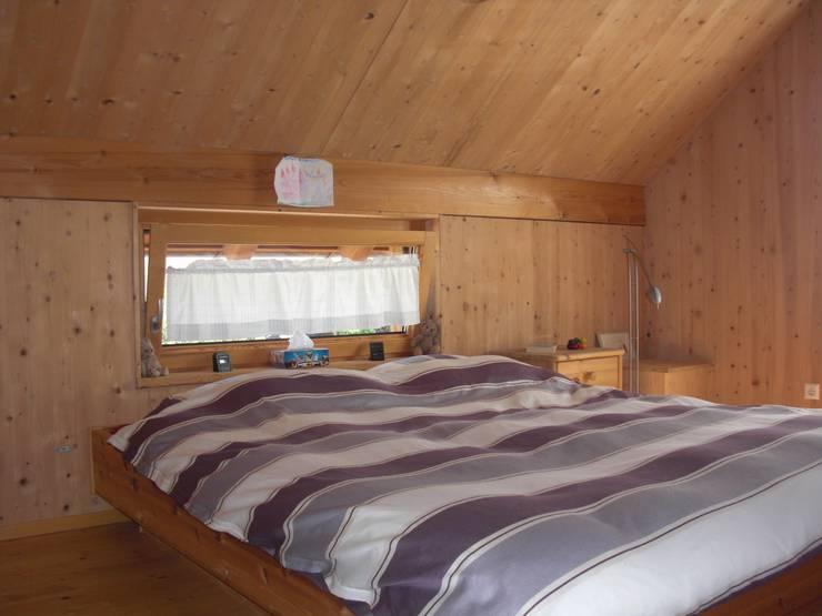 Haus S: klassische Schlafzimmer von Laifer Holzsysteme