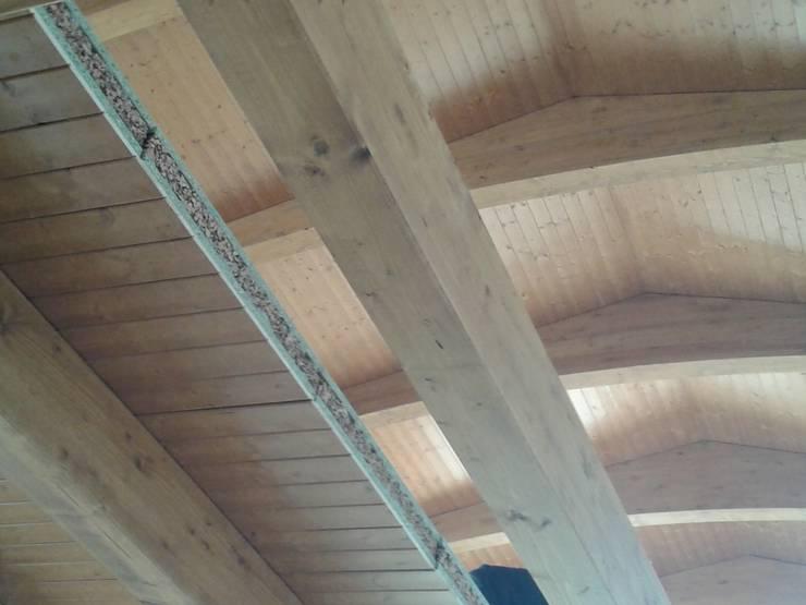 Cubierta y forjado de madera: Salones de estilo  de CUTECMA Estructuras de madera