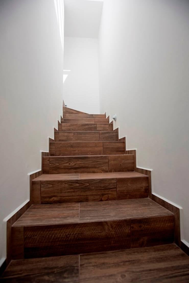 Escaleras: Vestíbulos, pasillos y escaleras de estilo  por JF ARQUITECTOS