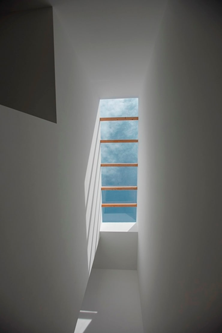 Vista de Escaleras: Vestíbulos, pasillos y escaleras de estilo  por JF ARQUITECTOS