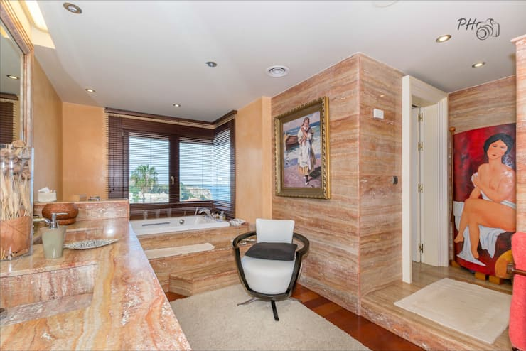 Banheiros tropicais por Hansen Properties