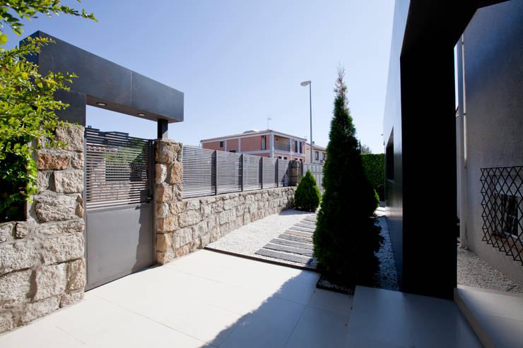 Espacios exteriores ordenados: Casas de estilo  de IPUNTO INTERIORISMO