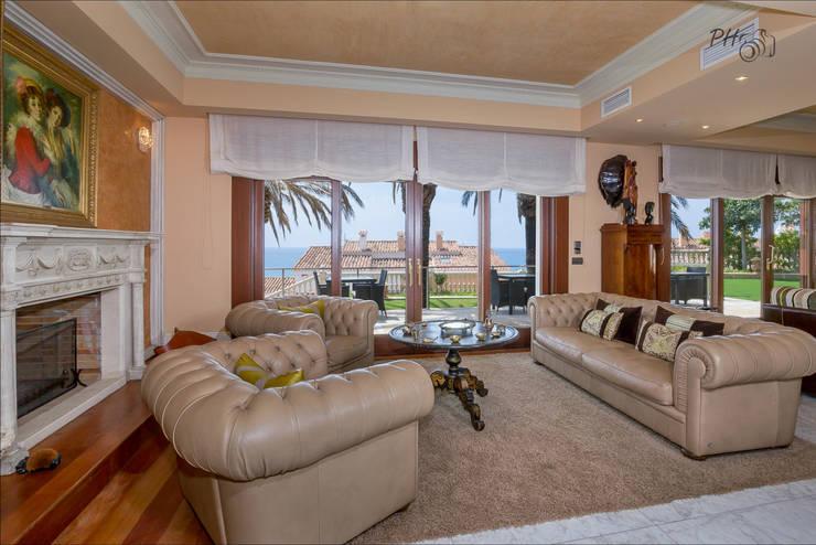 Salas de estar tropicais por Hansen Properties