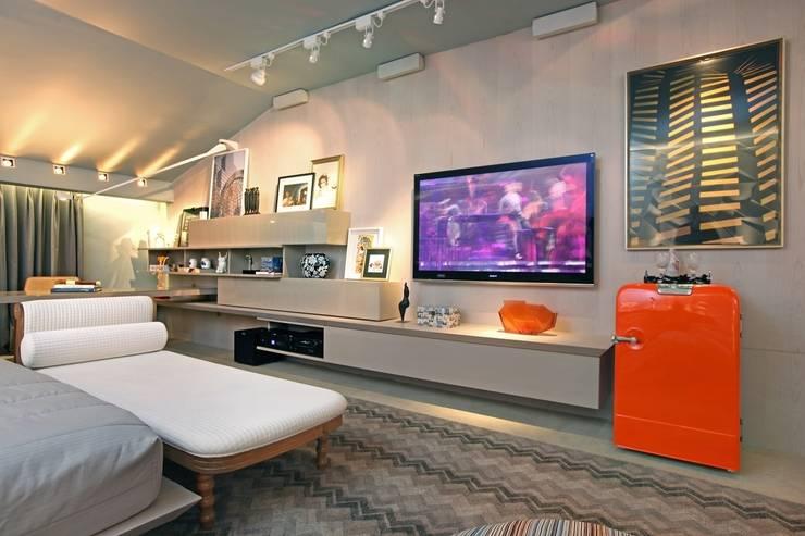 Dormitorios de estilo  por Rodrigo Maia Arquitetura + Design