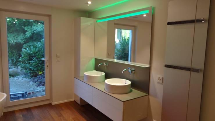Badezimmer Modern Art: moderne Badezimmer von Lallerdesign
