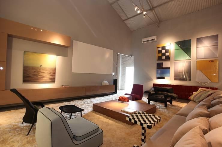 Casa Cor Ceará 2011: Salas de estar  por Rodrigo Maia Arquitetura + Design