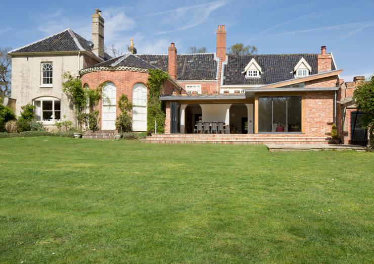 Casas de estilo clásico de Hudson Architects