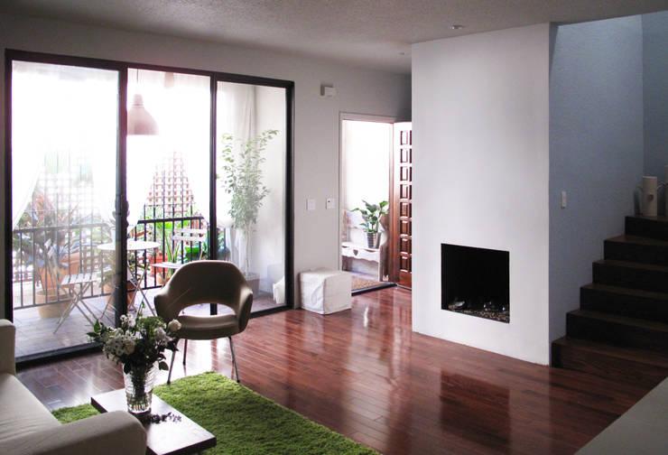 salon avec entée et une petite terrace  au fond: Salon de style  par Studio Pan