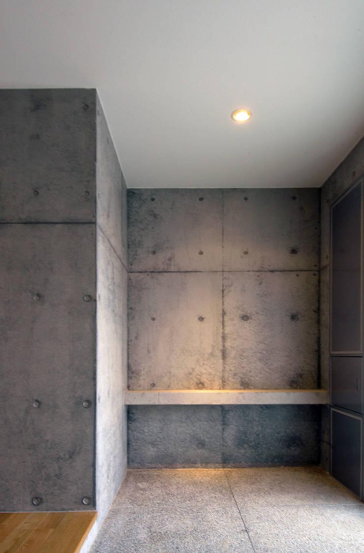 M邸: 長谷雄聖建築設計事務所が手掛けた廊下 & 玄関です。