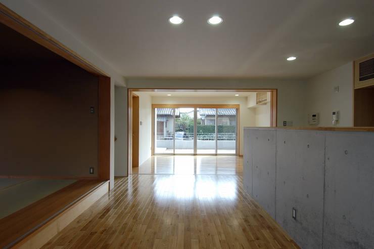 M邸: 長谷雄聖建築設計事務所が手掛けたリビングです。
