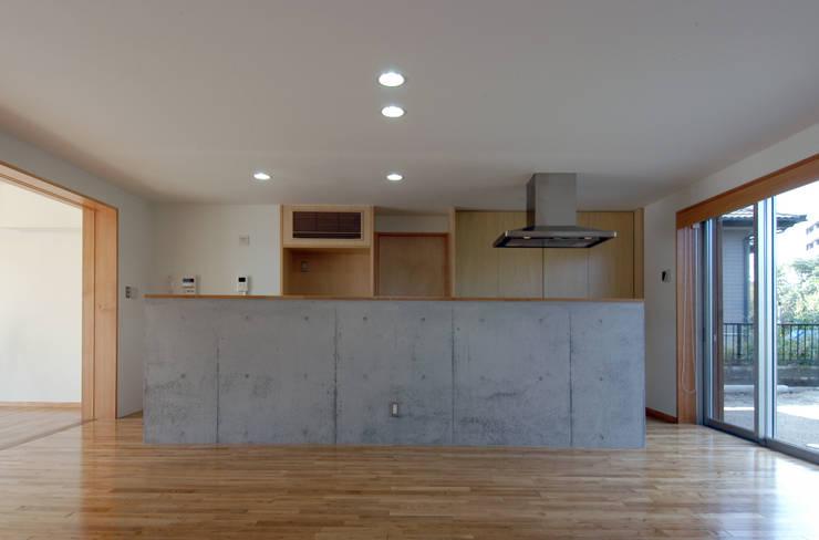M邸: 長谷雄聖建築設計事務所が手掛けたキッチンです。