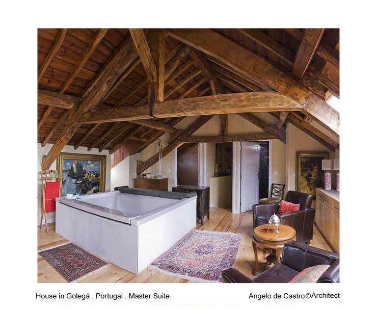 Casa na Golegã . Portugal: Quartos  por ADeCArquitetura
