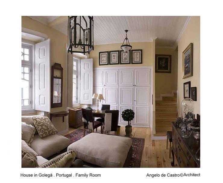 Casa na Golegã . Portugal: Salas de estar  por ADeCArquitetura