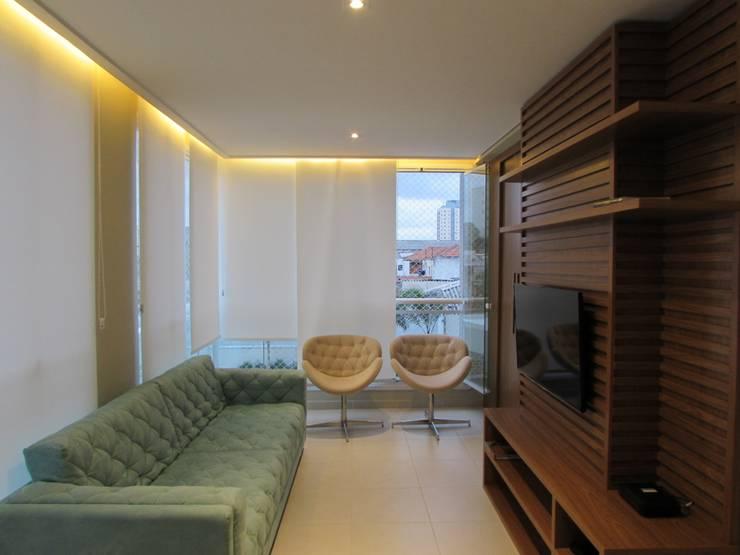 Apartamento Vila Mariana: Salas multimídia  por Marcella Loeb
