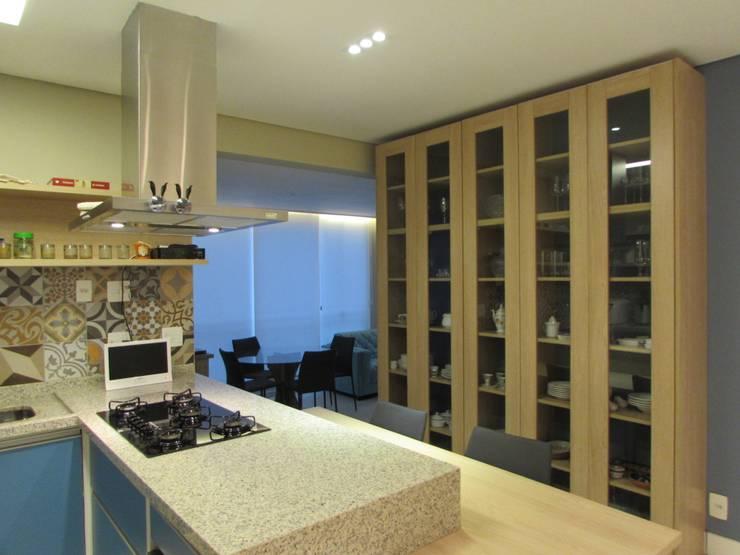 Apartamento Vila Mariana: Cozinhas  por Marcella Loeb