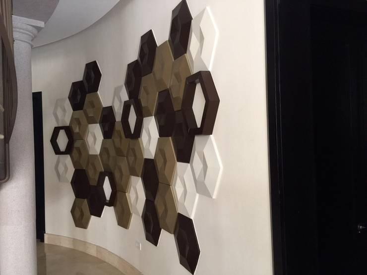 Arte Objeto en muros: Paredes de estilo  por INTERIORISMO MG