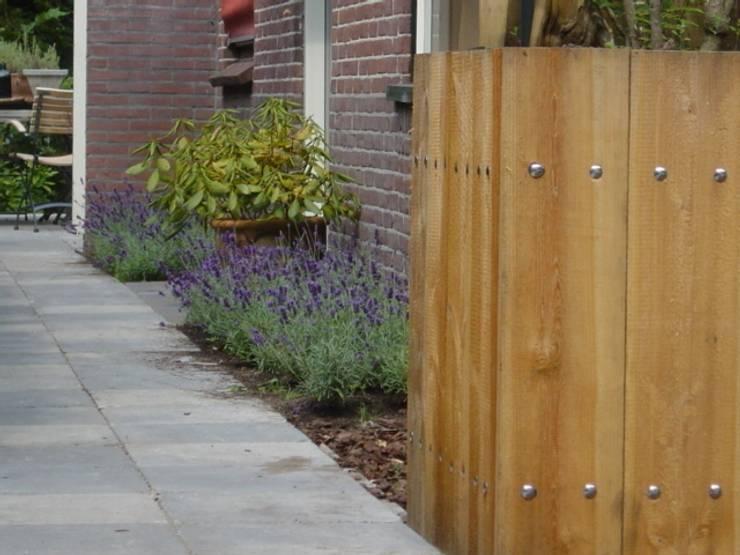Voortuin met Douglashout: moderne Tuin door Mocking Hoveniers