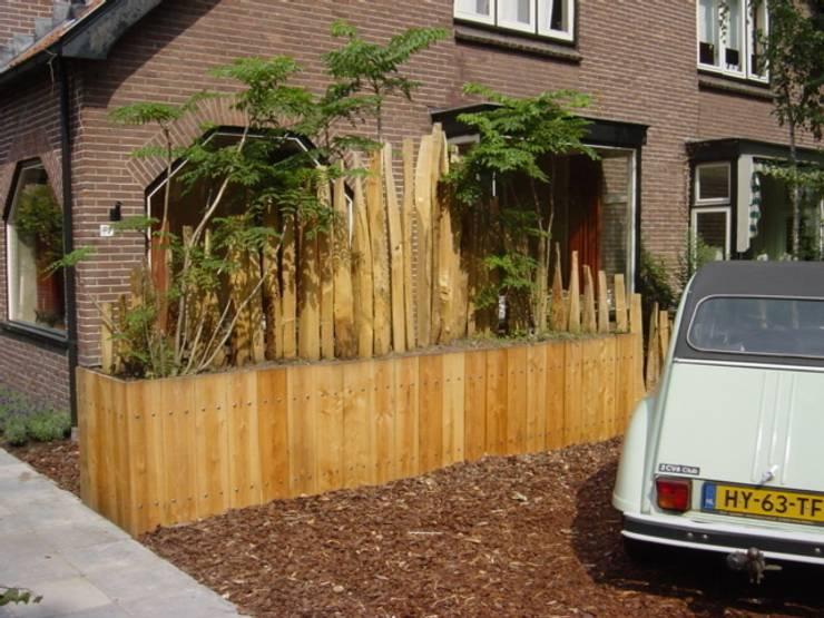 Voortuin met Douglashout: landelijke Tuin door Mocking Hoveniers