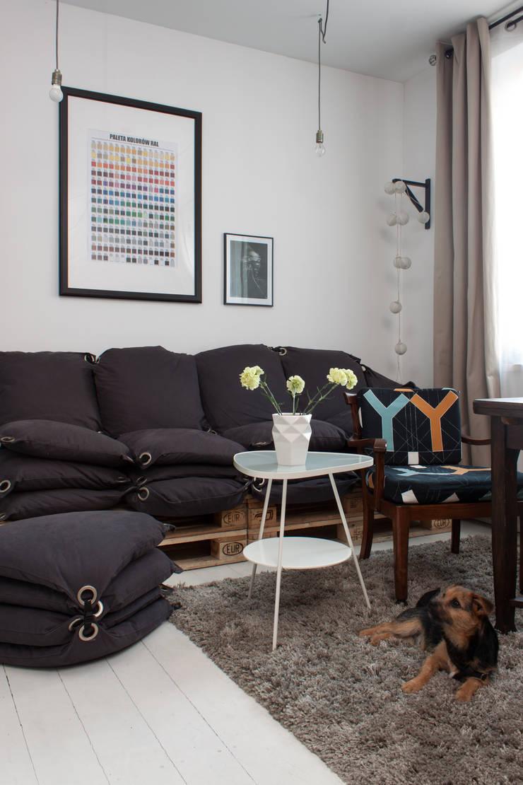 Kawalerka w Poznaniu: styl , w kategorii Salon zaprojektowany przez Kraupe Studio,Skandynawski