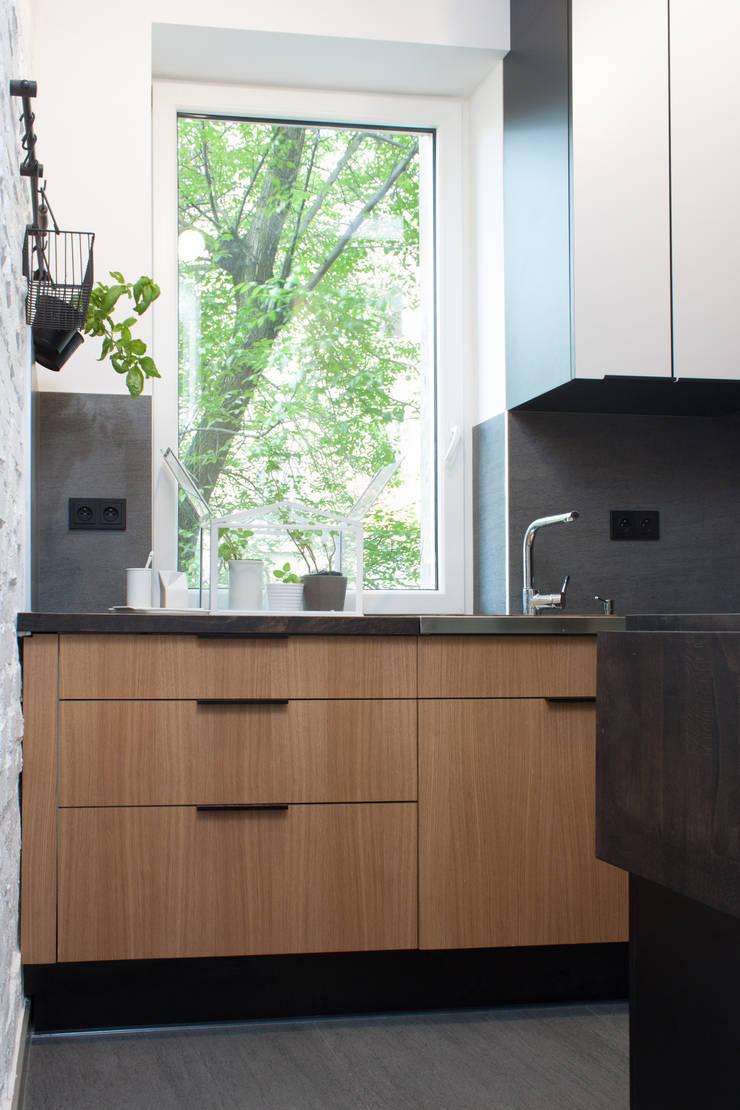 Kawalerka w Poznaniu: styl , w kategorii Kuchnia zaprojektowany przez Kraupe Studio,Skandynawski