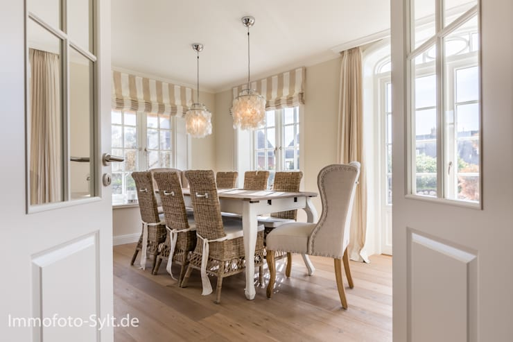 Salas de jantar campestres por Immofoto-Sylt
