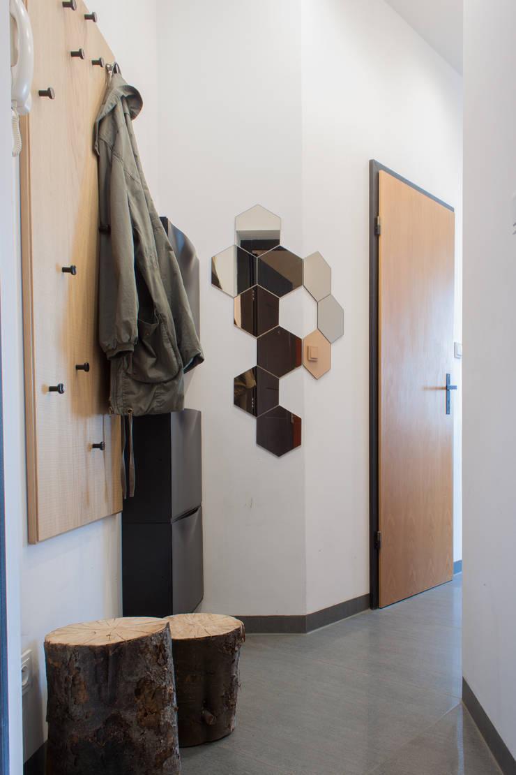 Kawalerka w Poznaniu: styl , w kategorii Korytarz, przedpokój zaprojektowany przez Kraupe Studio,Skandynawski
