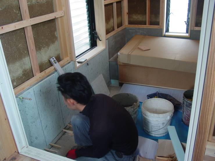 十和田石を張る: 中村茂史一級建築士事務所が手掛けた浴室です。,