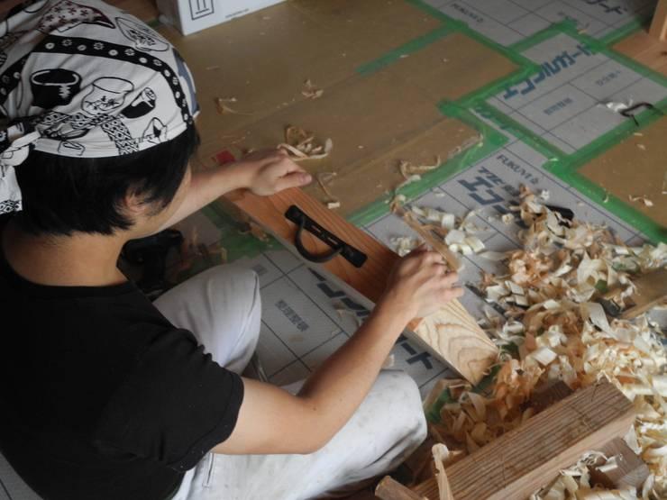大工施工のキッチンカウンター: 中村茂史一級建築士事務所が手掛けたキッチンです。,