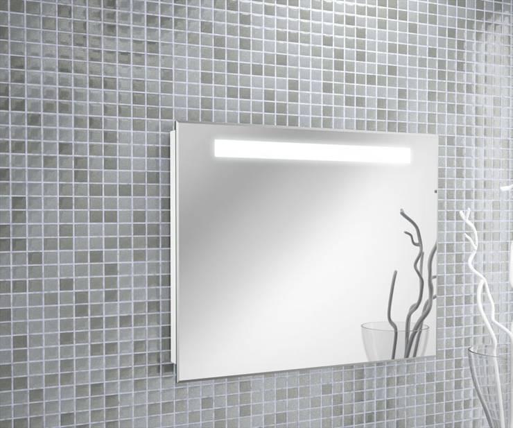 Espejo una barra iluminación led integrada: Baños de estilo  por Oikos Design