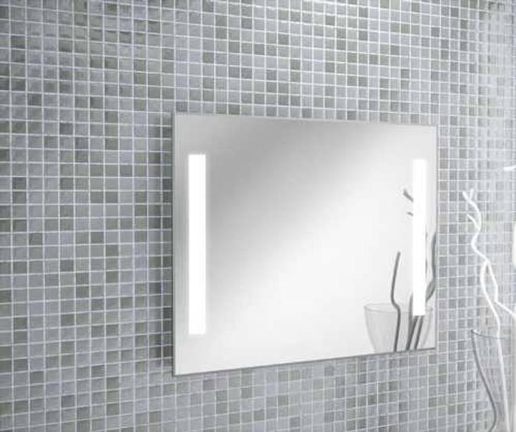 Espejo luz led: Baños de estilo  por Oikos Design
