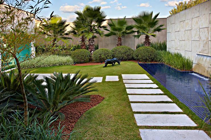 Jardines de estilo moderno por Gláucia Britto